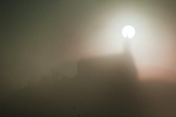 Grußkarte - An einem nebligen Morgen steht die Sonne hinter der Wurmlinger Kapelle